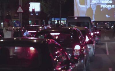 Autocine fugaz en un semáforo para presentar el festival de cortos Jameson Notodofilmfes