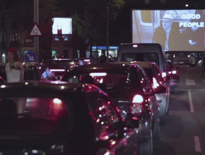 Autocine fugaz en un semáforo para presentar el festival de cortos Jameson Notodofilmfest