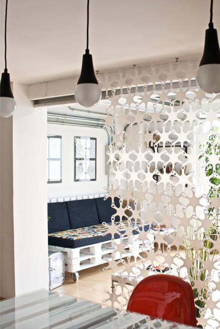 Mesa y sofá artesanales a medida hechos con pallets por Studio Now para Dadú Estudio