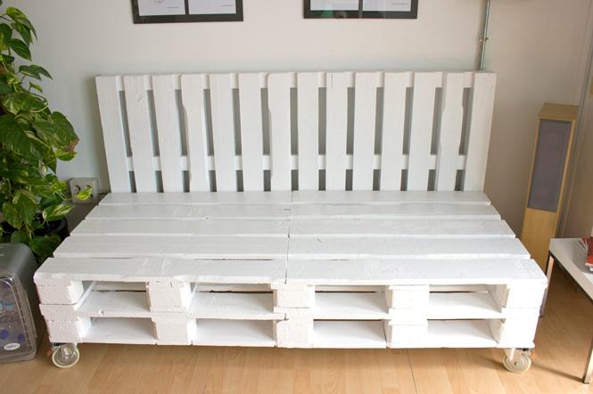 Sofá artesanal a medida hecho con pallets por Studio Now para Dadú Estudio